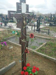 Оградки на могилу, кресты, скамейки, цветники